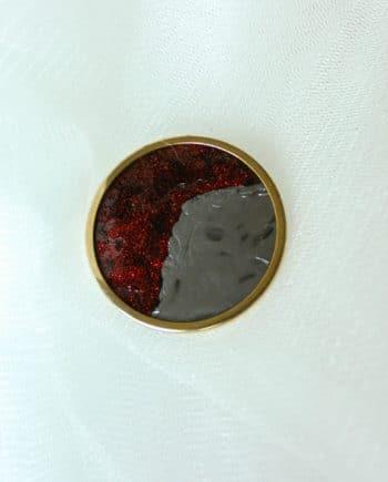 ronde broche rood met wit achtergrond