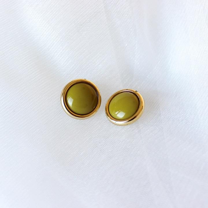 Vintage oorbellen geel met wit achtergrond