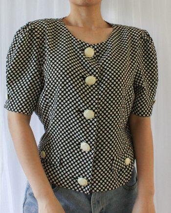 wit achtergrond mesje met vintage blouse zwart wit stip